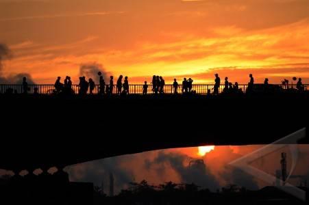 PALEMBANG, SUMSEL. ASMARA SUBUH. Sejumlah warga berjalan di atas Jembatan Ampera Palembang di pagi pertama Ramadhan, Sabtu (21/7). Asmara Subuh dengan melintasi Jembatan Ampera sudah menjadi tradisi yang selalu dilakukan warga Kota Palembang tiap Ramadhan . FOTO ANTARA/ Feny Selly/ed/mes/12