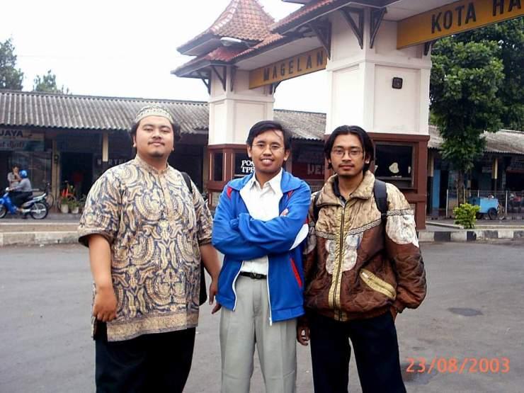 Umar Abdullah, saya, dan Sigit Nur Setiyawan. Koleksi pribadi. Berfoto di Terminal Magelang (2003).