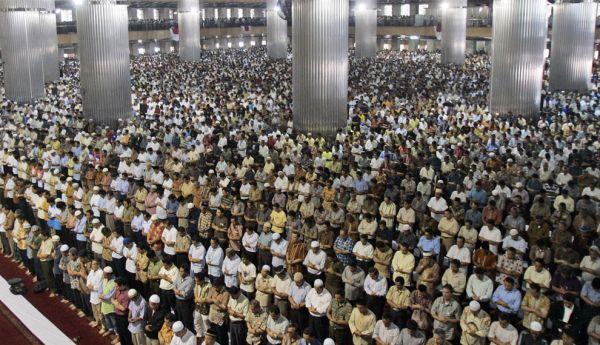 Sholat-Berjamaah-di-Masjid-Istiqlal