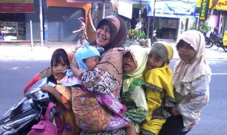 Wiwin Bonaty bersama anak-anak yatim yang diasuhnya.