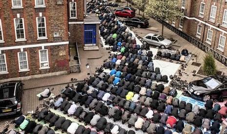 Muslim Inggris menunaikan shalat Jumat. Islam berkembang sangat pesat di negara Ratu Elizabeth tersebut.   www.republika.co.id