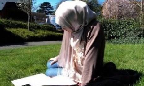 Mualaf tengah membaca literatur Islam/ilustrasi  | Foto: www.republika.co.id