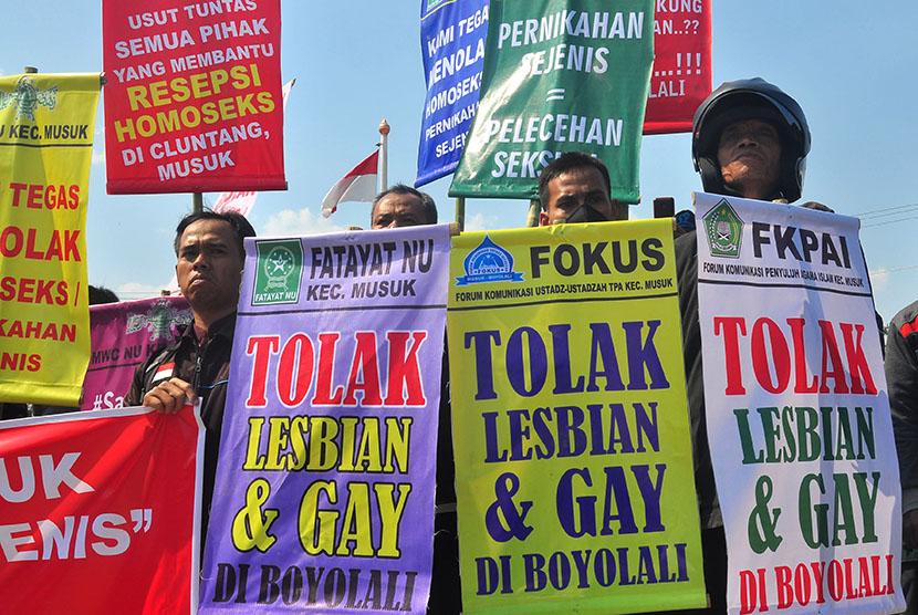 Sejumlah warga yang tergabung dari Forum Umat Islam Boyolali (FUIB) berunjuk rasa menolak pasangan sejenis di halaman kantor DPRD Boyolali, Jawa Tengah, Jumat (16/10). Mereka meminta aparat penegak hukum dan pemerintah Kabupaten Boyolali untuk lebih tegas menyikapi fenomena pasangan sejenis yang terjadi di Boyolali. ANTARA FOTO/ Aloysius Jarot Nugroho/aww/15.